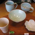 萩焼の台付き青磁鉢とマグカップ
