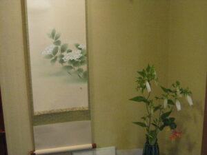紫陽花絵の掛軸と庭の紫陽花